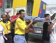 Los servicios de asistencia trasladan a uno de los heridos. (AP)