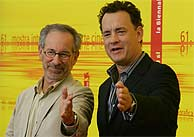 Steaven Spielberg posa junto a Tom Hanks en Venecia. (AFP)