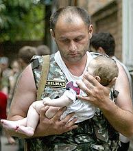 Uno de los bebés liberados. (Reuters) VEA MÁS IMÁGENES