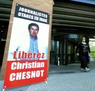 Carteles en los que se exige la liberación de los periodistas secuestrados. (AFP)