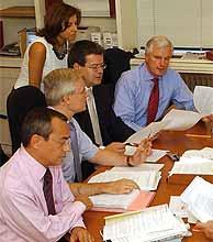 Jean-Michel Barnier, al fondo, preside el sábado el gabinete de crisis en la embajada francesa en Annan. (AP)