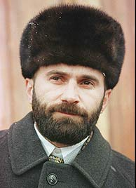 El candidato a presidente Shamil Basáyev en 1997, durante la campaña electoral. (AP)
