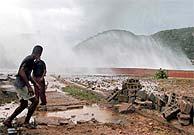 Residentes de Siboney , en la provincia de Santiago de Cuba, sorprendidos por las olas gigantes. (AFP)