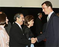 El príncipe Felipe saluda a Natividad González Parás, gobernador de Nuevo León (Mexico), donde se encuentra Monterrey, sede del Forum 2007. (EFE)