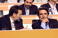 Rajoy, junto a Aznar, durante la primera sesión del Congreso. (EFE)