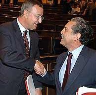 Caldera es felicitado por López Garrido tras ser aprobada la ley. (EFE)