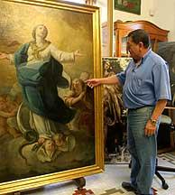El restaurador Paulino Giménez, junto al cuadro. ('La opinión de Málaga')