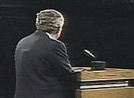 Imagen de la espalda de George W. Bush en el debate frente a Kerry en Miami. (BBC)