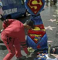 Una persona deposita flores en la estrella de Reeve en el Paseo de la Fama. (EFE)