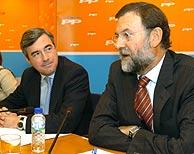 Rajoy y Acebes, durante la rueda de prensa. (EFE)