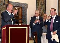 El Rey Juan Carlos brinda en presencia del embajador de EEUU, George Argyros (dcha.), y el compositor Cristóbal Halfter (centro). (EFE)