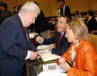 El diputado 'popular' Jaime Ignacio del Burgo con dos compañeros. (EFE)
