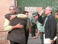 Vera recibe el abrazo de Felipe González al ingresar en la prisión de Guadalajara en 1998. (Foto J. Martínez)