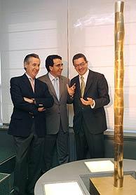 De izda. a dcha., Blesa, Calatrava y Gallardón junto a la maqueta del obelisco. (Foto: EFE)