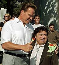 Arnold Schwarzenegger, republicano, visita a Danny DeVito, demócrata, en el rodaje de la última película de éste. (EFE)