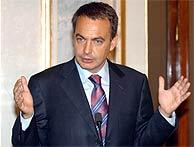 Zapatero durante la improvisada rueda de prensa. (EFE)