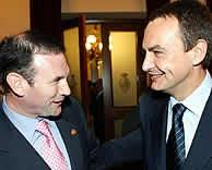 Zapatero e Ibarretxe se saludan a su llegada al Senado. (EFE)