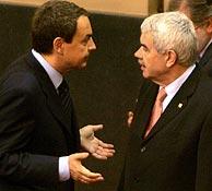 Zapatero y Maragall charlan al comienzo de la Conferencia. (Foto: EFE)
