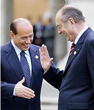 Berlusconi saluda a Chirac a su llegada al capitolio. (Foto: AFP)
