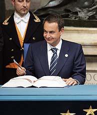 Zapatero en el momento de la firma. (Foto: AFP) VEA MÁS IMÁGENES