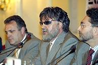Cerdán (izqa.) junto a Rubio (dcha.), su compañero en EL MUNDO y el espía de ETA 'Lobo'. (Alberto Cuéllar)
