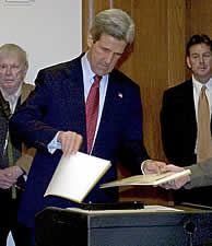 John Kerry vota en Boston. (EFE) (VEA MÁS IMÁGENES)