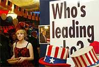 Las imágenes de Bush y Kerry, en una fiesta durante la noche electoral. (AFP)
