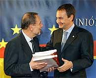 Rodríguez Zapatero entrega a Solana las cuatros versiones de la Constitución. (EFE)