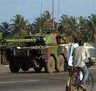 Un tanque del Ejército francés circulando por Abiyán. (AFP)