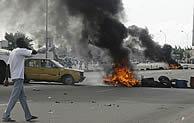 Manifestantes marfileños levantan barricadas en el aeropuerto de la capital, controlado por los franceses. (Foto: AFP)