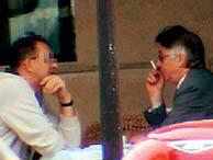 Paesa conversa hace escasos días con una persona no identificada en una cafetería de Marsella. (EL MUNDO)