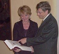 Esperanza Aguirre comenta con Bill Gates la edición de 'El Quijote' que la presidenta de la Comunidad le regaló. (elmundo.es)