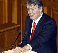 Viktor Yushchenko ha jurado el cargo sobre una Biblia en el Parlamento. (AFP)