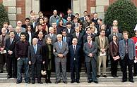 El alcalde de Barcelona, Joan Clos, posa junto a los premiados. (EFE)