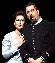 Carlos Álvarez y Paoletta Marrocu representan Macbeth estos días en el Teatro Real. (EFE)