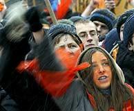 Manifestantes a favor de Yuschenko en la Plaza de la Independencia de Kiev. (REUTERS)