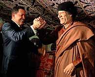 Chávez y Gadafi se saludan durante su encuentro en Trípoli. (EFE)