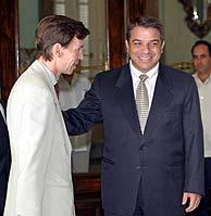 El canciller cubano, a la derecha, recibe al embajador español. (AFP)