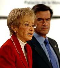 María Teresa Fernández de la Vega y Juan Fernando López Aguilar, tras el Consejo de Ministros. (Foto: EFE)
