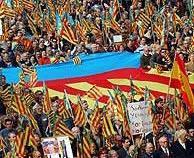 Miles de valencianos, en la manifestación. (Foto: EFE)