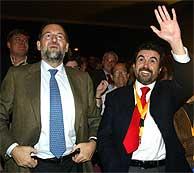 Jaume Matas (dcha.), con Mariano Rajoy en Palma de Mallorca. (EFE)