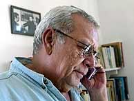 Raúl Rivero, en su casa, después de ser liberado. (Foto: AFP)
