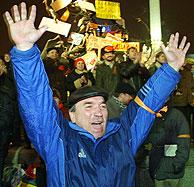 Los seguidores de Yushchenko celebran la decisión del Supremo. (AFP)