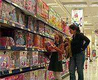 Una madre y su hija miran juguetes en un centro comercial de Madrid. (Foto: Heredia)