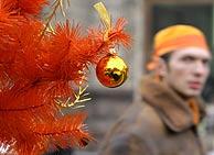 Un árbol navideño naranja, el color de la oposición ucraniana. (Foto: REUTERS)