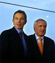 Tony Blair (izda.) y Bertie Ahern. (Foto: AFP)