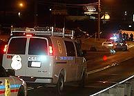 Un vehículo de la Policía Científica llega al club donde se produjo el tiroteo. (Foto: AP)