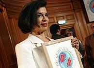 Bianca Jagger muestra orgullosa su 'Nobel Alternativo'. (Foto: REUTERS)