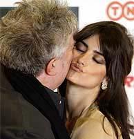 Penélope Cruz besa a Pedro Almodóvar. (Foto: REUTERS)