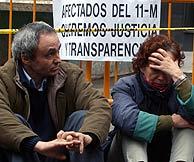 Dos de las afectados por el 11-M, ayer a las puertas del Congreso. (Foto: Jaime Villanueva)